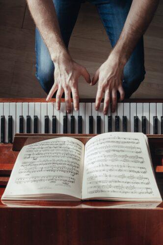 piano met bladmuziek