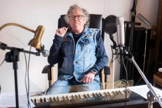 Wout Kwakernaat achter zijn piano in muziekschool haagse beemden
