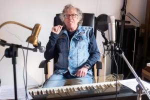 Wout Kwakernaat zittend in muziekstudio